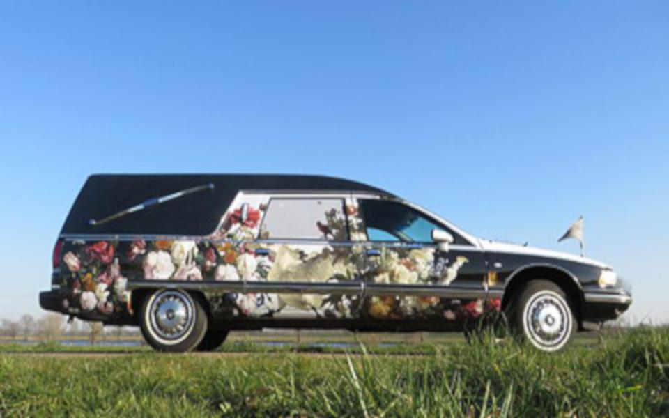 Kleurrijke rouwwagen  I  van Monica Zegers