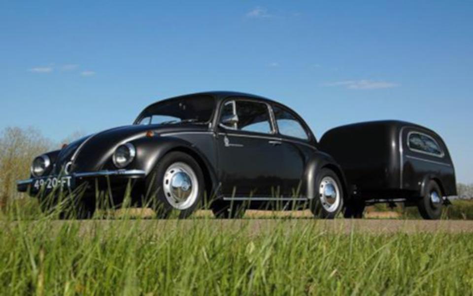 Volkswagen Kever met aanhanger