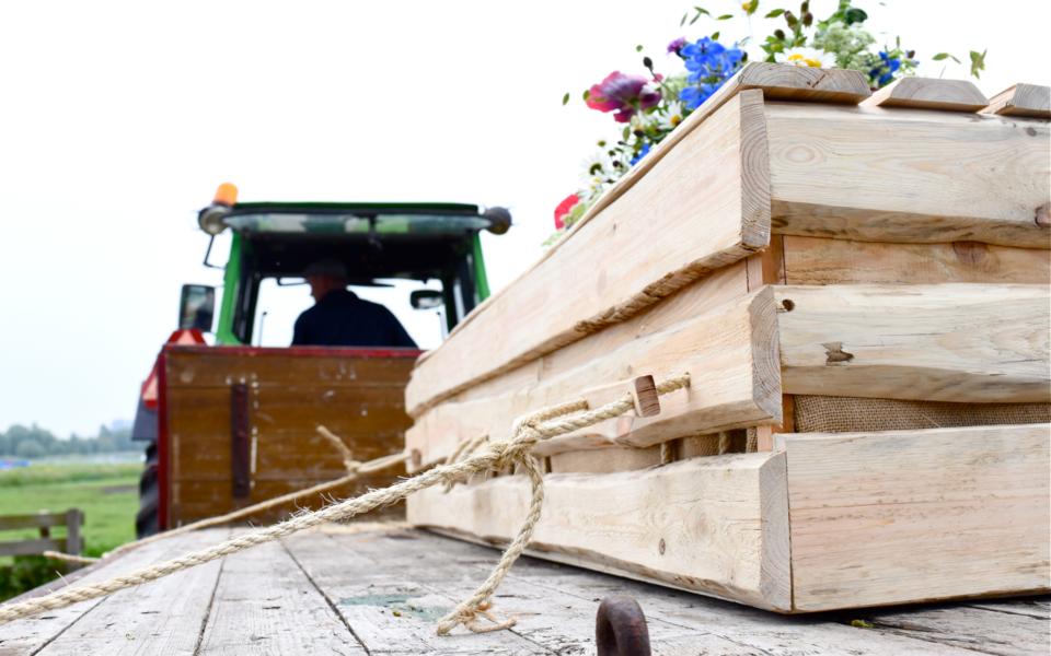 Uitvaartvervoer  I  Op de boerentrekker